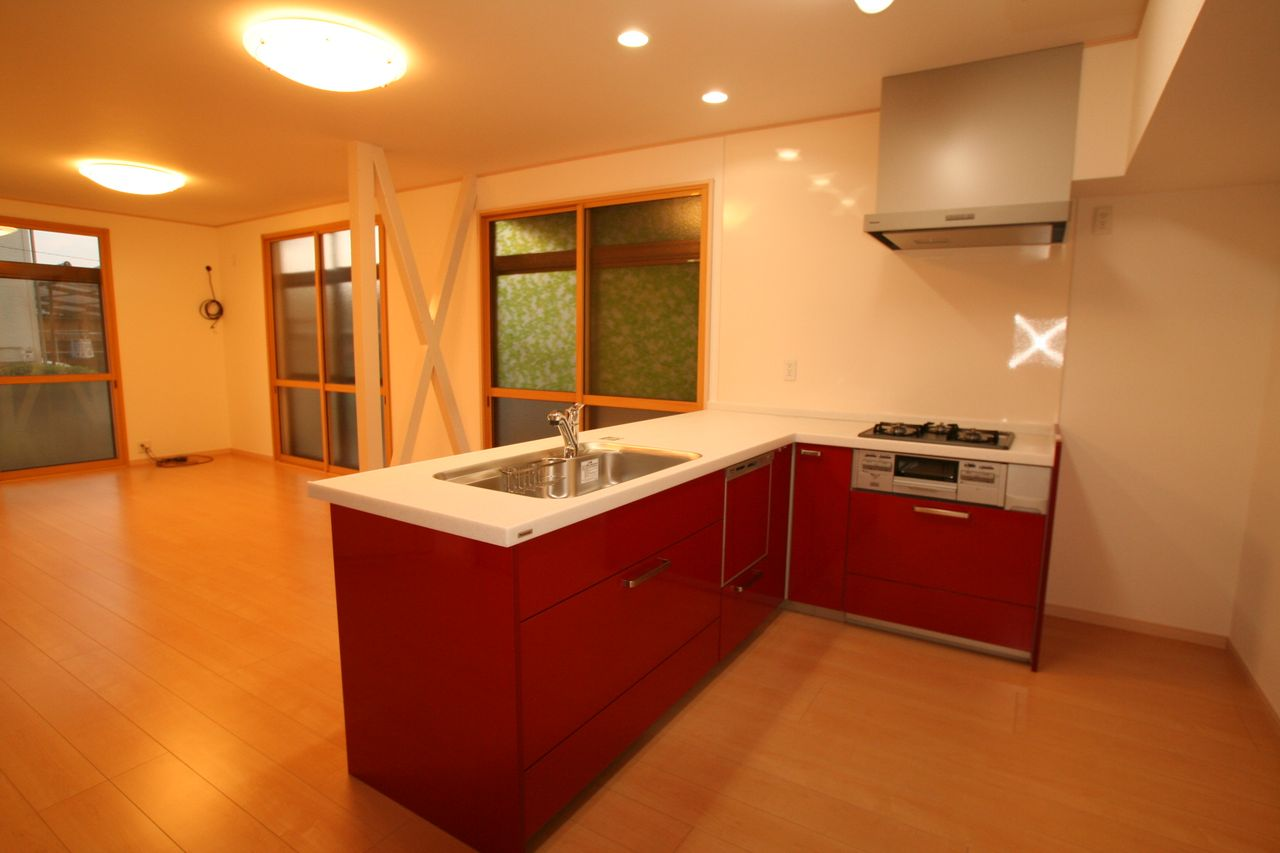 K様邸 赤いキッチンがアクセントのリビング♪